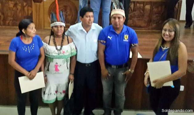El Gobernador reelecto Luis Adolfo Flores Roberts junto a legisladores indígenas del Departamento elegidos por sus comunidades.   Foto GADP