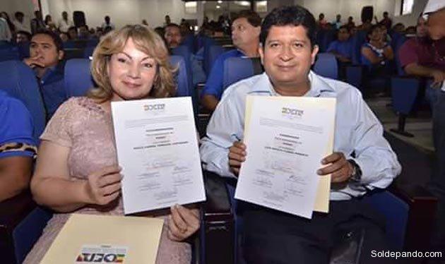 Luis Flores Roberts y Paola Terrazas Justiniano exhiben sus credenciales como Gobernador y Vicegobernadora del Departamento.   Foto GADP