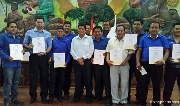 Algunos de los 15 alcaldes electos de Pando rodean al gobernador reelegido Luis Adolfo Flores Roberts.  Foto GADP