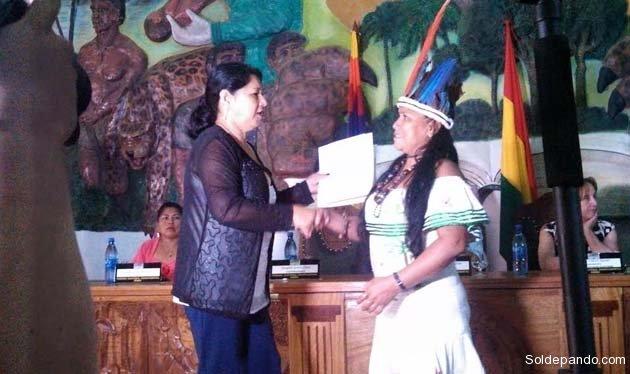 Beatriz Navi, legisladora departamental del pueblo indígena Tacana, recibe su credencial.   Foto GADP