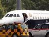 Morales se despide de las autoridades austriacas al abordar su nave de retorno. | Foto EFE