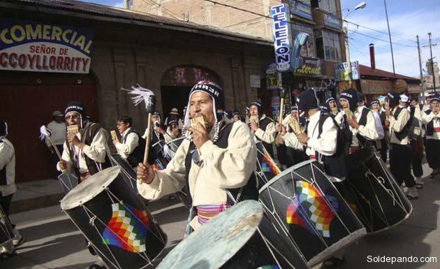 Las danzas y ritmos derivados de los sikuris son el fundamento indígena de la Fiesta de La Candelaria como auténtica expresión de la cultura andina.