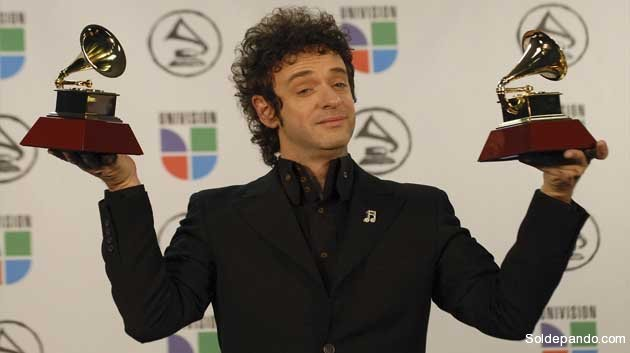 Foto del 2 de noviembre de 2006 que muestra a Gustavo Cerati con sus premios al Mejor Artista Rock  álbum  solista y Mejor Canción de Rock durante los Premios Grammy Latinos en Nueva York, Estados Unidos.   Foto AP