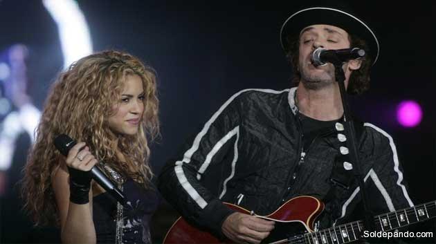 Gustavo Cerati con la cantante colombiana Shakira  durante un concierto en Buenos Aires, en esta foto de archivo del 17 de mayo de 2008.   Foto Reuters