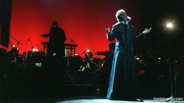 """Cerati sinfónico en el Teatro Colón; en el año 2002, cuando lanzó su emblemática zamba-rock """"Cactus"""".   Foto Gustavo Correa"""
