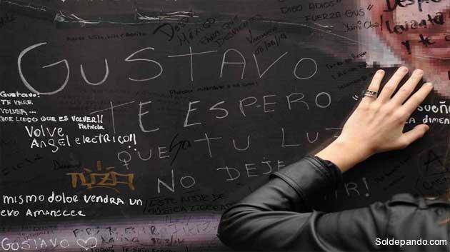 Fans de Gustavo Cerati dejan sus mensajes de afecto y dolor en las cercanías de la clínica de la Ciudad de Buenos Aires en donde falleció el músico.   Foto Maxi Failla