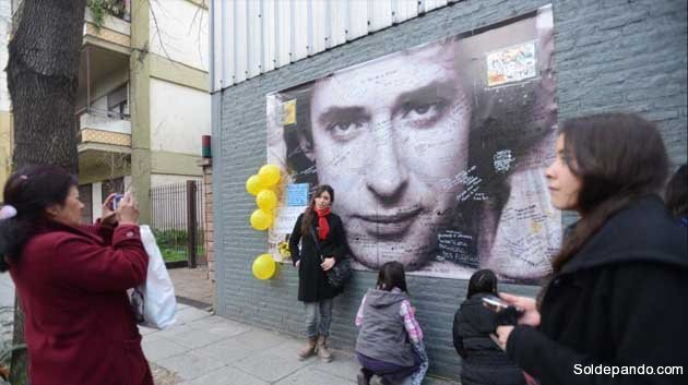 Fans de Gustavo Cerati lo homenajean en Buenos Aires. El músico permanecía internado tras sufrir un accidente cerebrovascular antes de fallecer.   Foto Luciano Thieberger