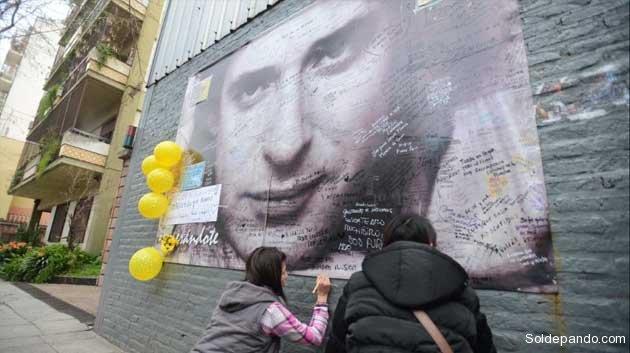 Gustavo Cerati,  uno de los músicos más importantes de la Argentina. Sus fans pedían por su pronta recuperación dejando mensajes de esperanza en el frente de la clínica donde finalmente falleció.   Foto Luciano Thieberger