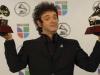 Foto del 2 de noviembre de 2006 que muestra a Gustavo Cerati con sus premios al Mejor Artista Rock  álbum  solista y Mejor Canción de Rock durante los Premios Grammy Latinos en Nueva York, Estados Unidos. | Foto AP