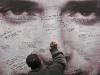 Fans de Gustavo Cerati dejan sus mensajes de afecto y dolor en las cercanías de la clínica de la Ciudad de Buenos Aires en donde el músico falleció tras larga agonía. | Foto Maxi Failla