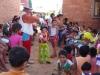 El barrio Las Arenas, al oeste de la ciudad de Cobija, tiene una población infantil que sufrió el desastre de las inundaciones de febrero y marzo. En un ambiente prenavideño, el Gobernador y la Alcaldesa visitaron este emblemático barrio llevando una dosis de alegría para los niños que se recuperan del embate natural. | Foto GADP
