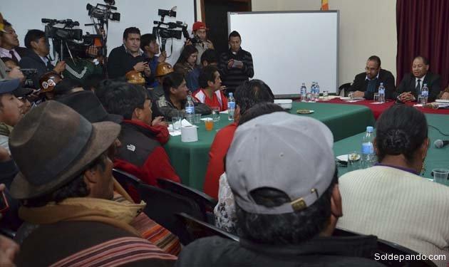 Representantes del Comité Cívico Potosinista (Comcipo) rompieron dialogo con el Gobierno tras sostener una breve reunión con el equipo de ministros que atenderán sus demandas.  Foto Jorge Mamani   ABI