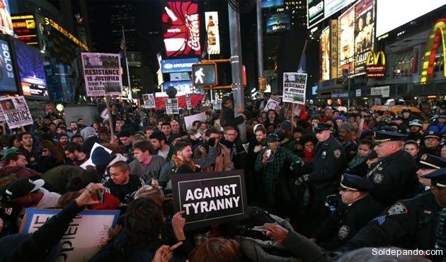 El acoso policial a la manifestación del 25 de noviembre en el Times Square de Manhattan.   Foto Reuters