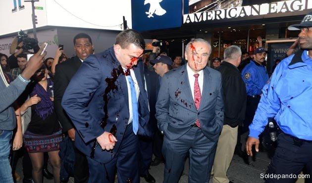 """El comisionado Bill Bratton y sus asistentes con el rostro """"ensangrentado"""".   Foto Daily News"""