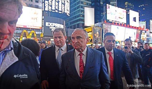 Según la Fiscalía la pintura roja dañó el traje de $us 250 que llevaba puesto en el Jefe de la Policía de Nueva York.   Foto Jeff Rae