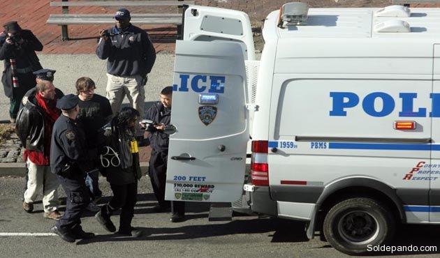 Diego Ibáñez terminó reducido y conducido a un vehículo policial en calidad de arrestado.   Foto Daily News