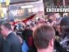 Imagen congelada tomada del Daily News, donde se observa el chorro de pintura roja que cae sobre los policías represores.