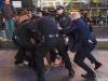"""Una protesta organizada contra la brutalidad policial fue sofocada con más brutalidad. Los """"agentes del orden"""" se avalanzan sobre Diego Ibáñez.   Foto Daily News"""