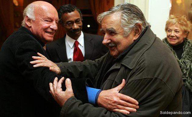 Con el presidente Mujica en julio del 2009, cuando el escritor fue homenajeado en la casa del embajador argentino. |Foto La Nación