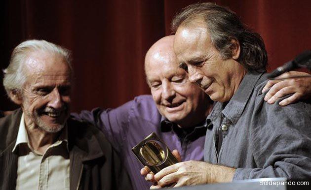 Abrazando al escultor uruguayo Octavio Podesta y al trovador español Joan Manuel Serrat, 2010. | Foto La Nación
