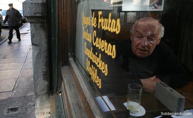 En su habitual mesa dentro el Café Brasilero, en Montevideo. |Foto La Nación