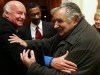 Con el presidente Mujica en julio del 2009, cuando el escritor fue homenajeado en la casa del embajador argentino.  Foto La Nación