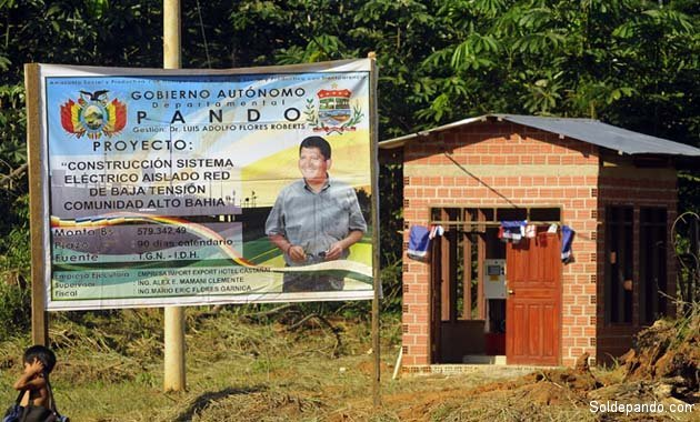 En un cartel de la Gobernación, los datos del proyecto ejecutado en Alto Bahía, junto a la casa de máquinas. | Foto Prensa GADP