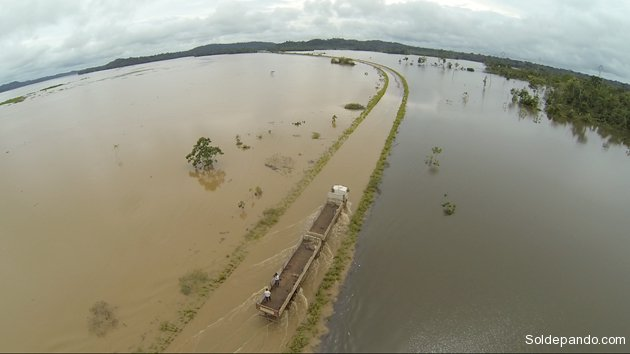 La autopista BR-364 que vincula los estados de Acre y Rondônia colapsó, totalmente cubierta por las aguas desbordadas del río Madeira.   Foto ©Josenir Melo   Agência de Notícias do Acre   Sol de Pando