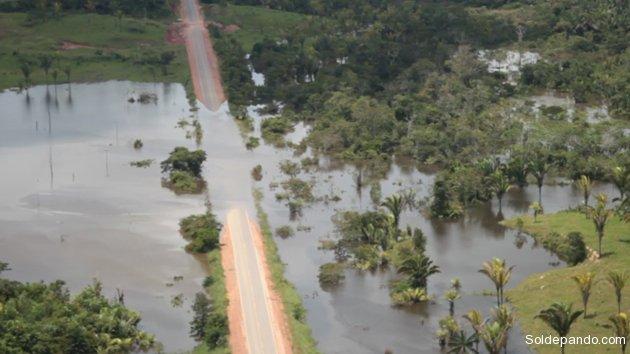 La autopista BR-364 que vincula los estados de Acre y Rondônia colapsó, totalmente cubierta por las aguas desbordadas del río Madeira.   Foto ©Sérgio Vale   Agência de Notícias do Acre   Sol de Pando