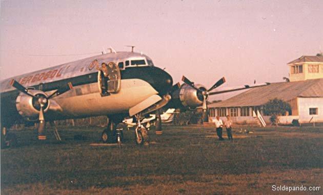 Un Douglas carguero DC-6, de la empresa AereoBol creada por el capitán Aníbal Arab tras jubilarse, recibe mantenimiento en el aeropuerto de Cobija. | Foto cortesía Aníbal Arab