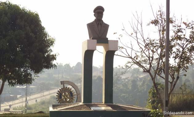El busto del capitán Arab en el ingreso al aeropuerto ahora reconstruido. | Foto archivo
