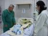 La Dra. Erika Pardo y un médico cubano cuidan a un recién nacido en la sala de Neonatología. | Foto Silvia Antelo Aguilar, 2010