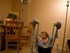 Brooke duerme en una cuna y es alimentada a través de una sonda gástrica conectada a su estómago para evitar que los alimentos lleguen a sus pulmones, ya que su esófago es demasiado pequeño.