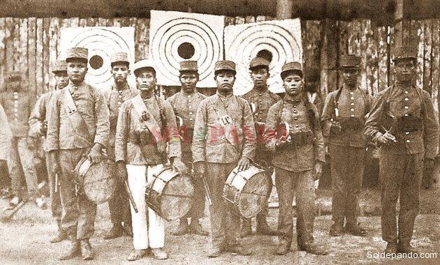 La vanguardia indígena de la Columna Porvenir. Reclutados como músicos y el capitán Federico Román descubrió sus aptitudes guerreras con el arco y la flecha. Alguno de ellos en esta histórica foto es Bruno Racua.