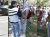 El sicario después de apuñalar a estudiantes de San Simón, fumando un cigarro en compañía de un dirigente leal al Rector de la UMSS. | Foto FUL CBA