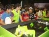 los-jovenes-disfrutan-de-los-juegos-en-el-stand-de-viva-en-expocruz-2012