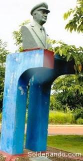 Busto del pionero en el aeropuerto de Cobija.