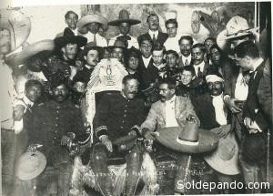 Tomás Urbina, Pancho Villa (en la silla presidencial), Emiliano Zapata y Otilio Montaño, en el Distrito Federal, 6 de diciembre de 1913. | Foto Archivo Casasola