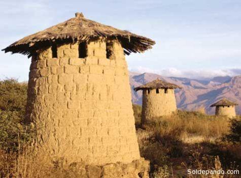 """""""Kollcas"""" o silos de almacenamiento de maiz, instalados por los mitimaes de Huayna Cápac en Cotapachi y alrededores del cerro de Cota, en Quillacollo."""