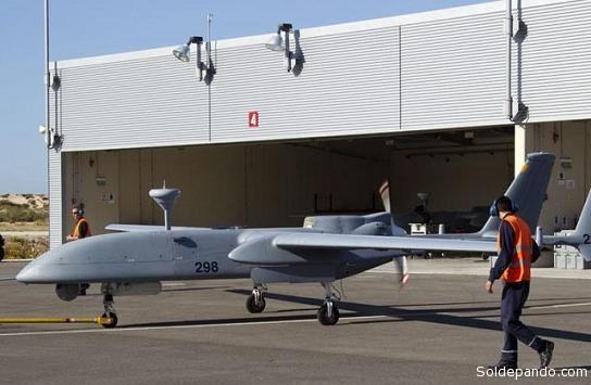 """Los """"drones"""" que usa Brasil son de industria israelí, modelo Heron,  y los produce Aircraft Industries (IAI), la industria judía aeronáutica más importante del país hebreo. Estos """"drones"""" pueden volar en condiciones meteorológicas adversas y comunicarse por satélite para una mayor autonomía.  Miden unos 10 metros, tienen una autonomía de vuelo de unas 20 horas, sin producir mayores ruidos.  Se operan desde una base terrestre. Sus sistemas se nutren de un dispositivo GPS, mientras la computadora de abordo se encarga del manejo. Está equipado con cámaras que día y noche que le permiten detectar desde una gran altitud el movimiento de vehículos y personas."""