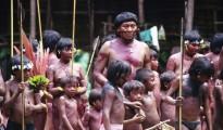 Davi Kopenawa, líder y chamán indígena rodeado de niños en Demini, Brasil. | Foto Survival