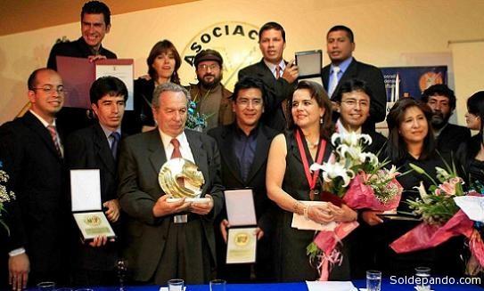 Los periodistas que recibieron galardones rodean a Mariano Baptista Gumucio, tras la entrega del Premio Nacional de Periodismo.