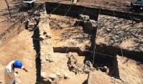 Los arqueólogos acaban de desenterrar un muro de 2,20 metros de ancho,  así como varias columnas pictóricas y restos humanos enterrados ritualmente.