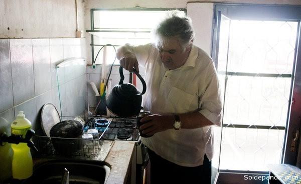 El Presidente uruguayo reside en su casa de clase media empobrecida, de tres ambientes, paredes grises con humedad, un sillón raído de cuero rojo junto a la estufa, una cocina modesta y una repisa de libros.