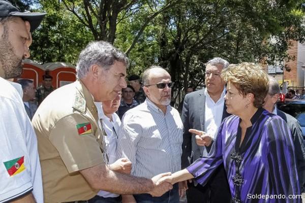 La presidenta Rousseff con las autoridades del Estado de Rio Grande de Sul para coordinar acciones de asistencia a las víctimas y sus familiares. Decretó un duelo de 30 días. | Foto AFP