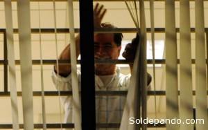 Pinto en su cárcel diplomática.