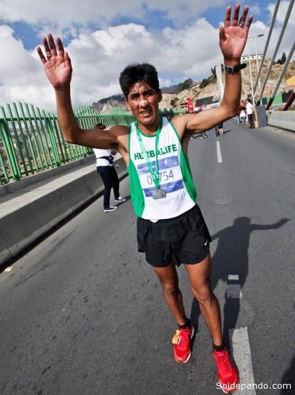 El fondista paceño Eduardo Aruquipa se prepara para representar a Bolivia en los  Bolivarianos en Perú y calificar para el Mundial de Atletismo en Rusia.
