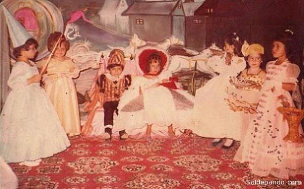 La reina infantil Karlyn Camacho Bauer y su paje José Alex Inturias,con su corte formada por Carola Marcela Aguilar Maradei,Paula Camacho, Denisse Mansour, Alejandra Gutiérrez Alencary Cielo Ribera Meireles, hoy destacadas profesionales cobijeñas.