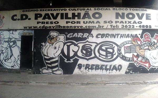 """La barra brava """"Pavilhão Nove"""" conserva el nombre de aquel pabellón carcelario donde en 1992 se produjo la matanza de presidiarios amotinados en la cárcel de Carandirú de Sao Paulo —el Pabellón Nueve—; y a consecuencia de ello surgió el """"Primeiro Comando da Capital"""" (PCC), el cartel del narcotráfico más violento y mortífero del Brasil."""