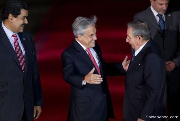 En enero pasado el entonces viceperesidente venezolano, durante la Cumbra de la Celac en Santiago de Chile, propició la amistosa entrega de la Presidencia pro Témpore de dicho organismo al gobierno de Cuba, mediante un fraterno abrazo entre Sebastián Piñera y Raúl Castro.